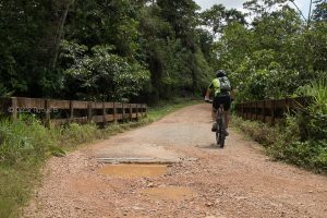 camino cascada tierra lastre ecuador